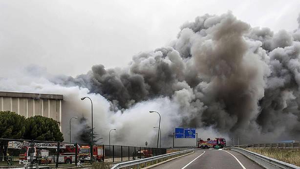 Adec Global participa en el derribo de la fábrica Campofrío incendiada en Burgos